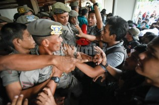 Mahasiswa terlibat saling dorong dengan polisi daat aksi unjukrasa menuntut diturunkannya harga bahan bakar minyak di Gedung Dewan Perwakilan Rakyat Aceh