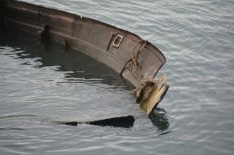 Und so endet wohl maches Bootsleben - im kalten Kanalwasser