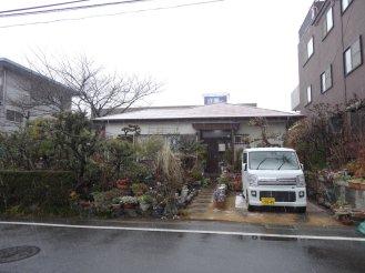 Vorort Tokios, kleine Einfamilienhäuser zwischen Wohnblöcken
