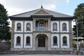 Ein klassischer Bau zwischen all den Tempelanlagen