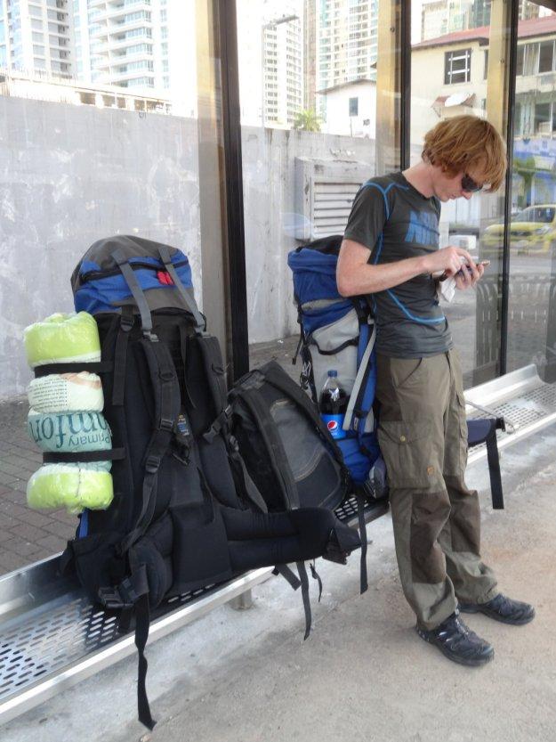 für die langen Flüge haben wir uns Kissen besorgt und an den Rucksack gebunden