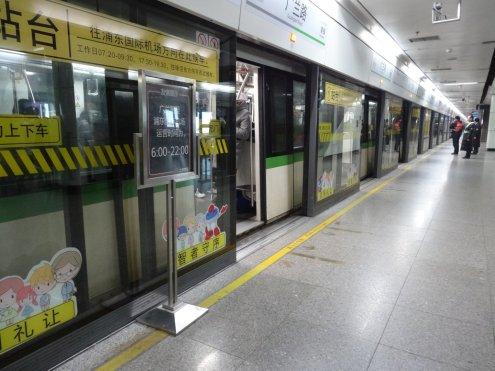 moderne U-Bahn - fährt aber nur bis 23 Uhr