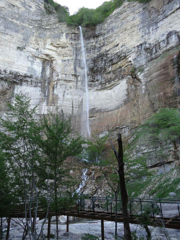 Die Halbfertige Plattform verspert den Weg zum Wasserfall