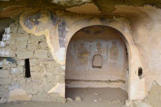 Im Felsen liegen viele kleine Höhlen, oft Kapellen