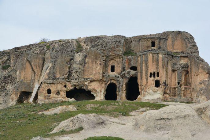 Kirche: Innen sowie außen aus Stein geschlagen
