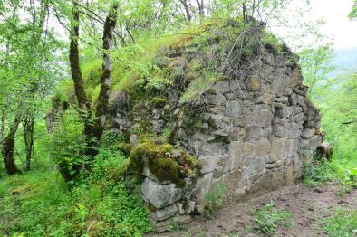 verfallene Kapelle im Wald