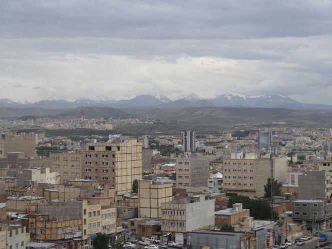 Skyline Täbriz: engerahmt von schneebedeckten Bergen