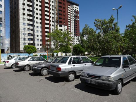 Fast komplett: Auswahl iranischer Autos