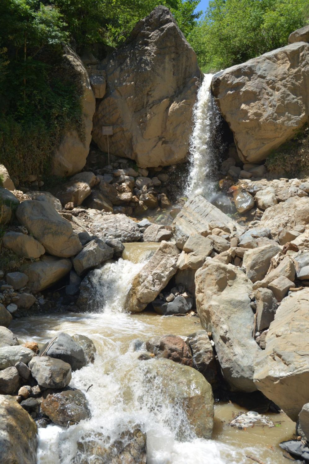 Neben dem Dorf liegt ein kleiner Wasserfall