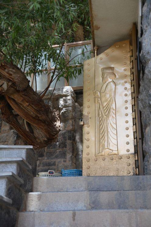 Goldene Türen führen ins Tempelinnere