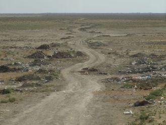 Straße auf dem Seegrund - heute Mülldeponie von Aral-Stadt