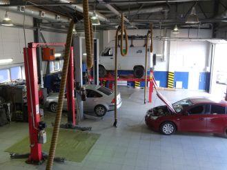 In der Autowerkstatt, Uralsk