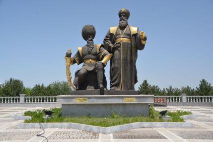 Die größtenteils erfundene Landesgeschichte bezeugt durch große turkmenische Persönlichkeiten