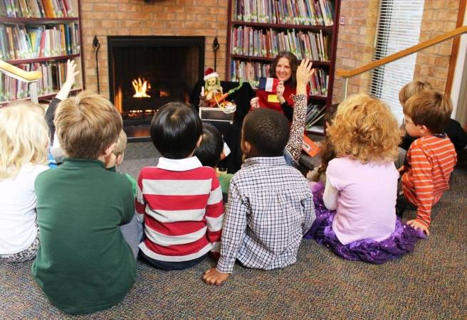Cynthia Wildridge bilingual story time with Pre-K students at The Lamplighter School in Dallas, TX
