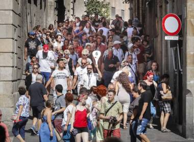 stay-near-barcelona-crowded-streets
