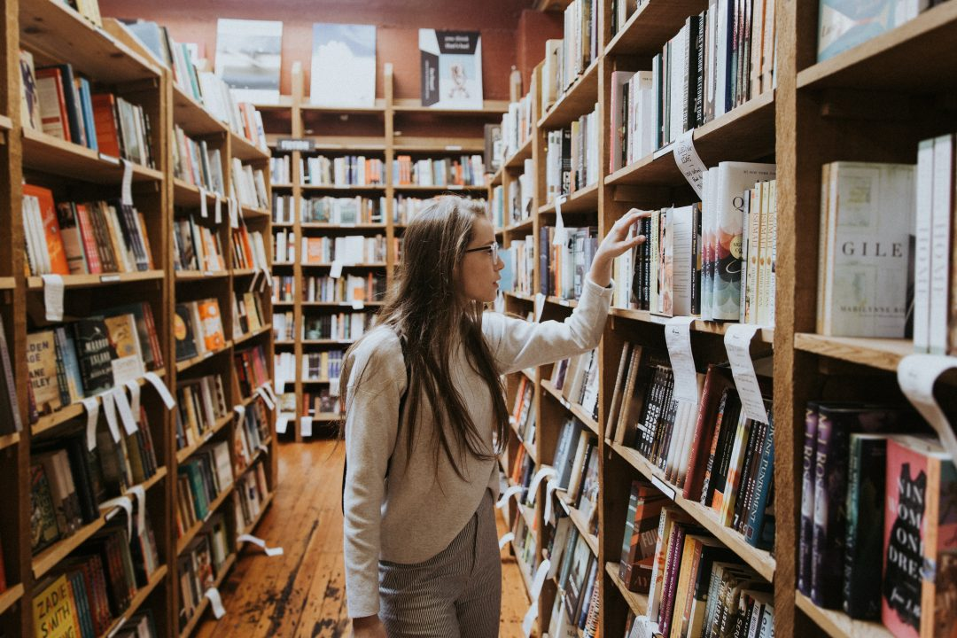 the-best-english-bookstores-in-barcelona-girl-browsing-bookshelves
