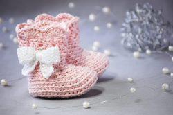 Rosa Stiefel mit weißer Schleife