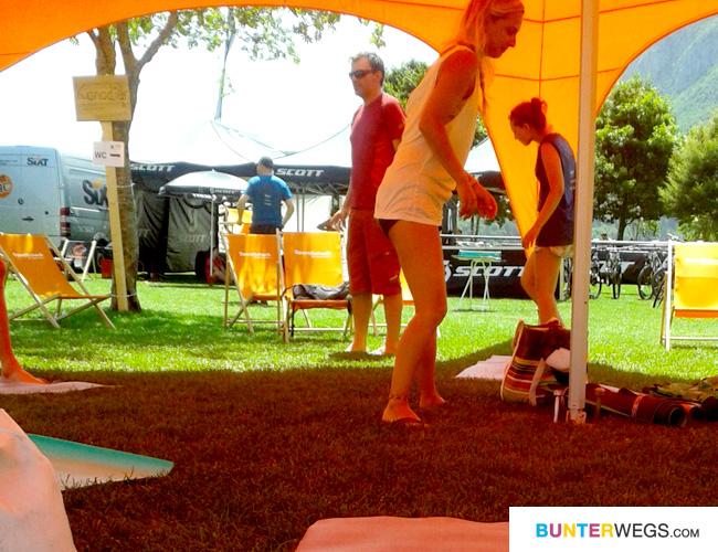 Auf Grund der Hitze haben wir uns beim YogAlign unter ein SportScheck-Zelt verzogen!