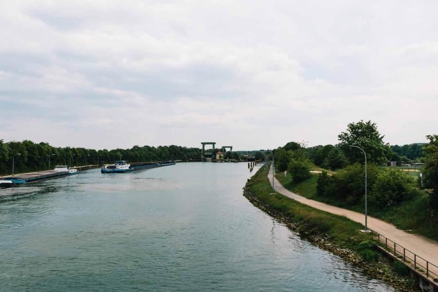 Auf der Brücke über dem Kanal mit Blick auf eine Schleuse