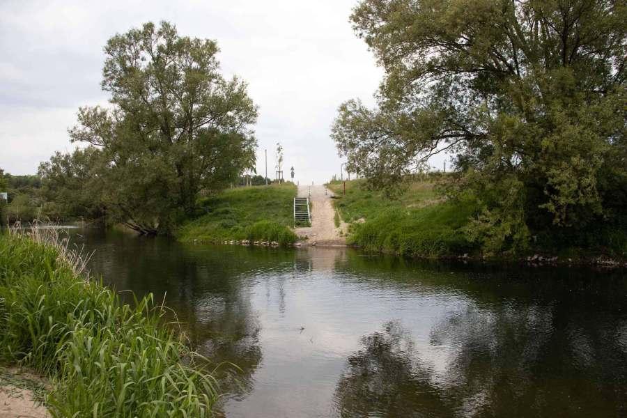 An einem Fluß, mit Blick auf das andere Ufer