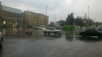 Дощ вбиває байкерів, навіть на рівних дорогах. :(