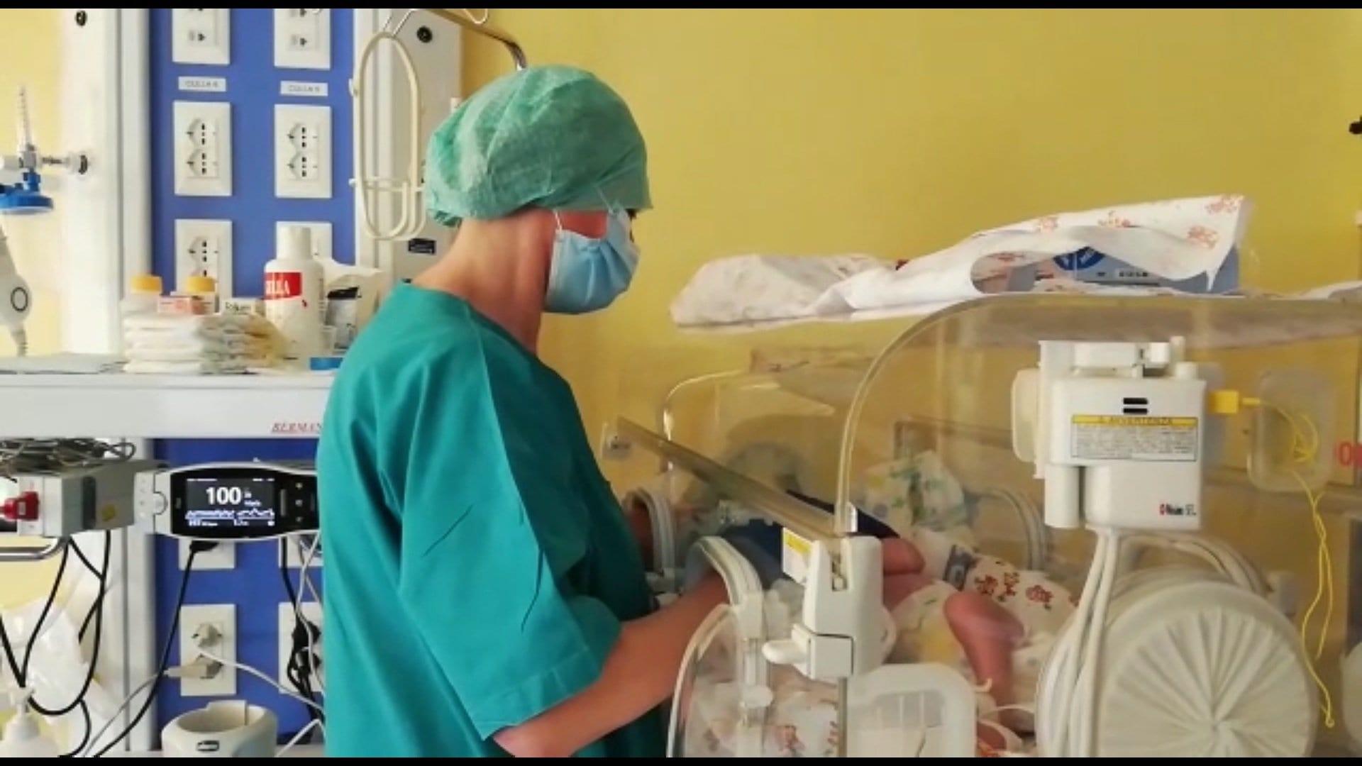 """Bimba di 20 giorni nata prematura guarisce dal Coronavirus. Era intubata e incosciente. Il primario: """"E' il primo caso del genere""""[VIDEO]"""