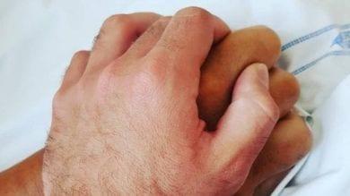 """""""Io questa mano non la lascio"""": Niccolò Zanardi posta un'immagine in cui stringe la mano di Alex"""