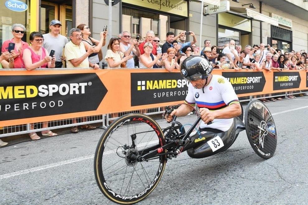 Alex Zanardi, l'incidente causato dal cellullare: «Stava riprendendo il panorama durante la corsa»