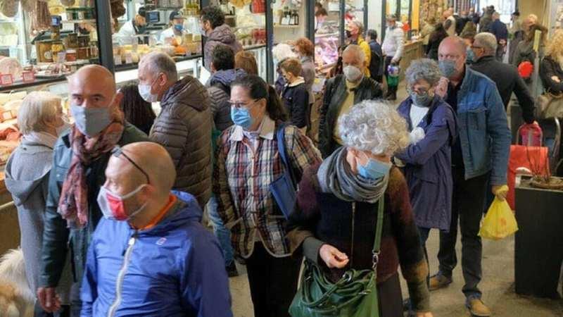 Coronavirus in Italia, 19.644 positivi in 24 ore su 177.669. I decessi sono 151, salgono anche le terapie intensive