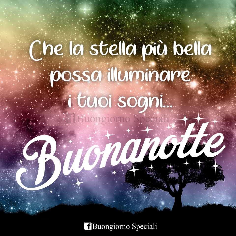 Cielo stellato con albero e scritta: Che la stella più bella possa illuminare i tuoi sogni! Buonanotte.