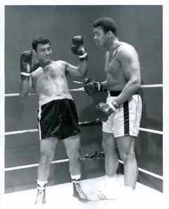 Boks eldivenini 20 yaşına kadar bir kere bile giymemiş olan Rocky Marciano. 25 yaşına kadar öğrenmiş. Vazgeçmemiş. Sonuç ortada 45 yaşına kadar dünya şampiyonalarında ismini altın harflerle yazdırmış.