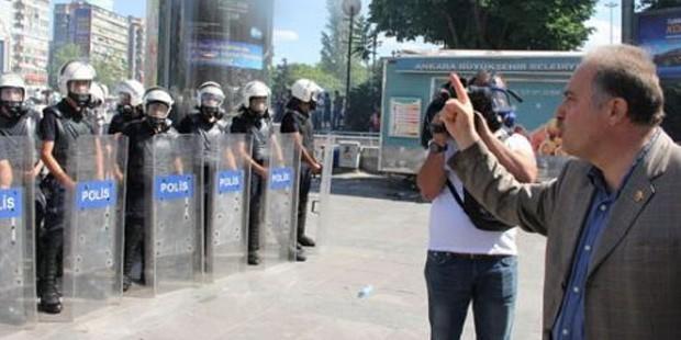 CHP Ankara Milletvekili Levent Gök, polise ağza alınmayacak küfürler sarf etti. Ankara'daki eylemler sırasında polise ettiği küfür tepki çekerken, CHP'liler ise Gök'ün, ağır tahrik ve saldırı altında istenmeyen sözler ettiğini savundu.