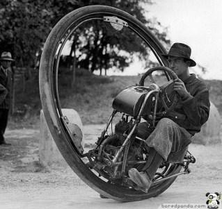 93 mph hıza ulaşma yeteneğine sahip bir Tekerlek Motosiklet. (1931)
