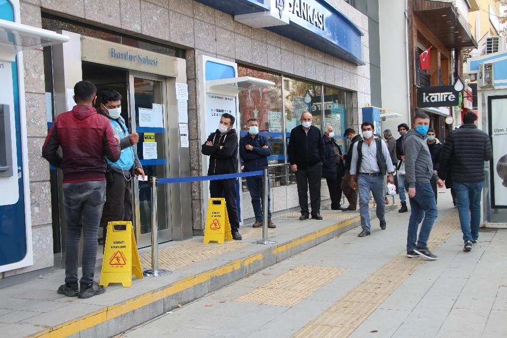 Burdur'da sokağa çıkma yasağına saatler kala banka önlerinde kuyruklar oluştu
