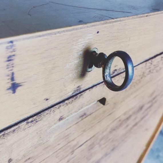Stoer vintage schoolkastje met houten roldeur