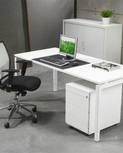 QBic 4 poots bureau met wit blad en wit frame. Bureaustoelen MKB