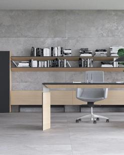 OVE Directie bureau, Eiken fineer met zwart blad en zijkast links Narbutas | Bureaustoelen MKB