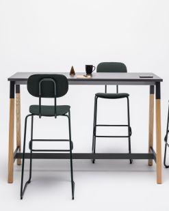 Capital A statafel   bartafel met houten poot en zwart blad. Bureaustoelen MKB
