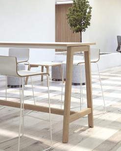 Bartafel Nova Wood met wit blad. Bureaustoelen MKB