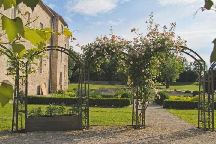 Rosenbogen im barocken Garten hinter dem KUNSTHAUS
