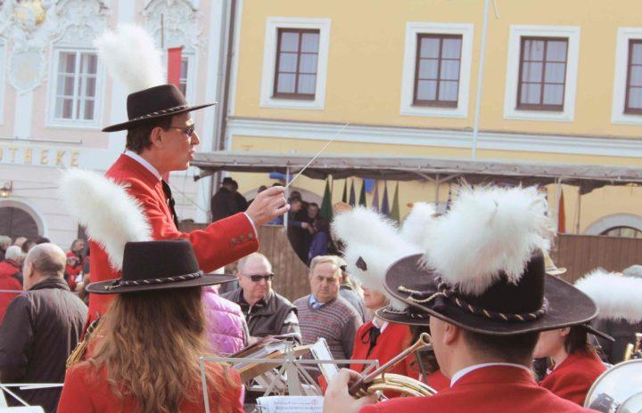 Die Trachtenmusikapelle Obernberg spielt gerne auf - immer taktvoll und farbenfroh
