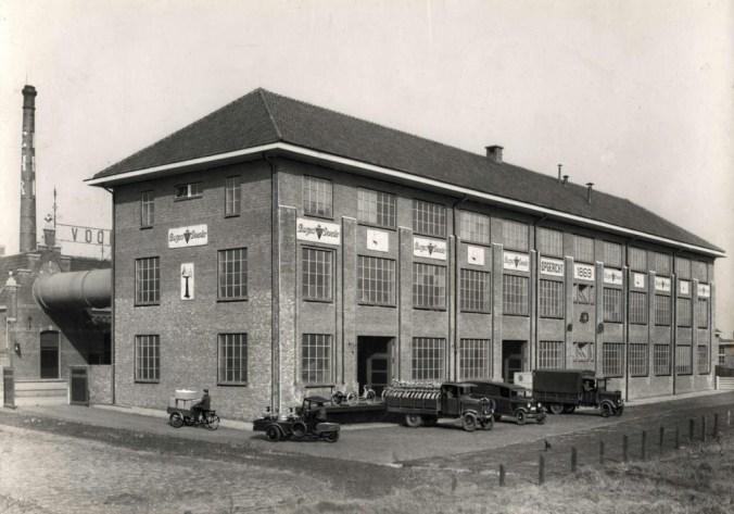 De nieuwe uitbreiding is via een buis over de weg met de oude fabriek verbonden (bron www.geheugenvannederland.nl)