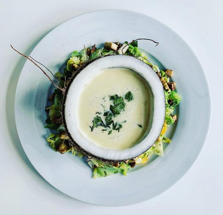 Kokos-Koriander-Suppe in der Nuss