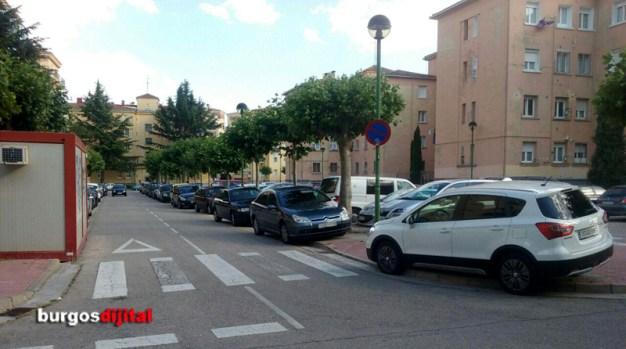 Coches estacionados indebidamente en la zona de la Deportiva Militar