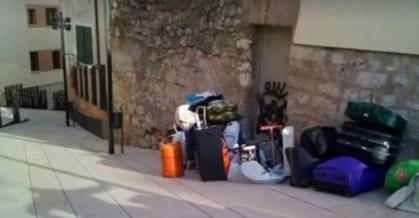 Pertenencias de las familias en la calle - Foto: PAH Burgos