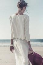 Una falda larga con un top festoneado.