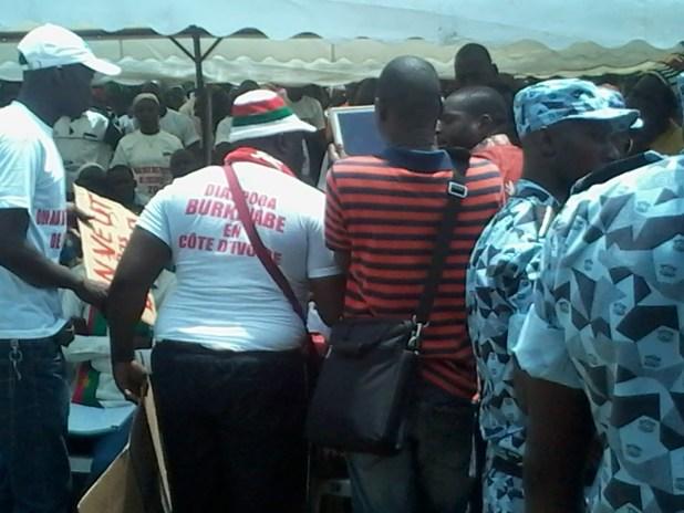 20150309 114304 Auguste Denise Barry, le ministre Burkinabé de l'administration du territoire et de la décentralisation dans le gouvernement Zida, échappe à un lynchage au consulat du Burkina Faso à Abidjan