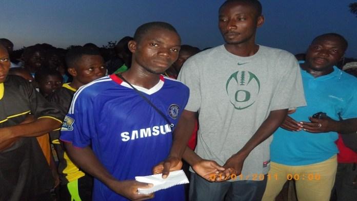 Le président Ahmed BANDAOGO, au milieu, remettant une enveloppe au vainqueur de la coupe de la Fraternité