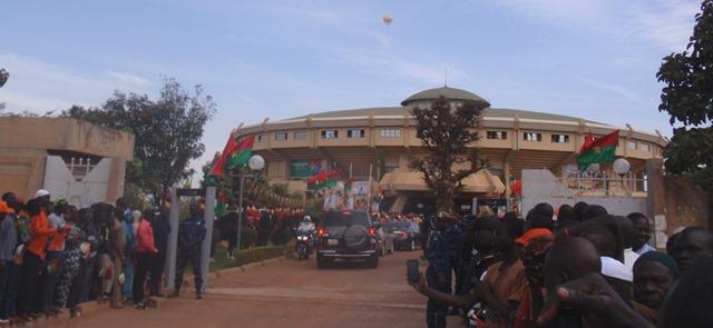 A l'entrée du palais des sports