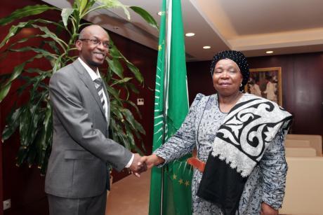 Poignet de main glacial, voire gênant entre la présidente de la Commission de l'Union africaine (à droite) et le ministre burundais des affaires étrangères